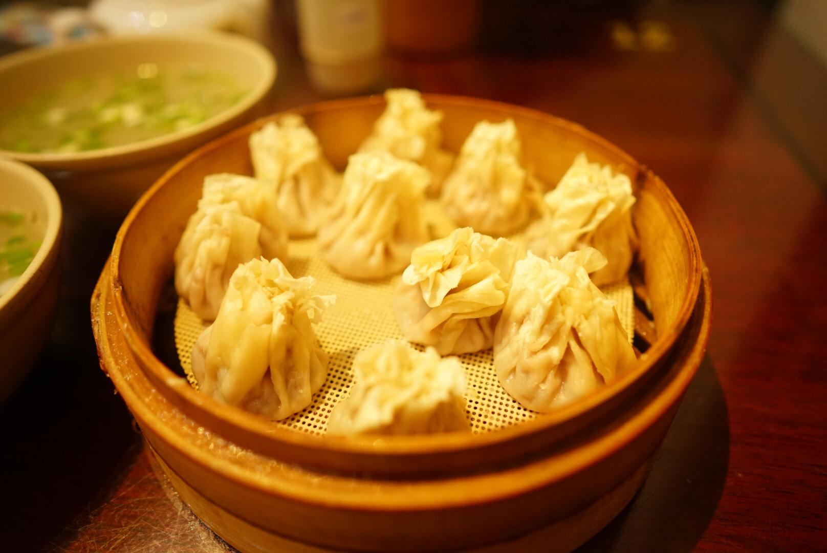 杭州の河坊街の羊肉レストラン「羊湯飯店」のシューマイ